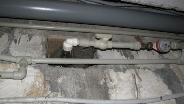 Заниженный диаметр ввода воды может ощутимо уменьшить напор на смесителях.
