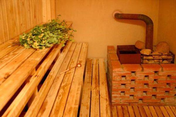 Защитная стенка из кирпича с небольшими зазорами для уменьшения инфракрасного излучения разогретого металла.