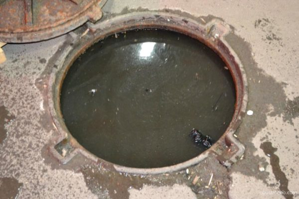 Засор дворовой канализации.