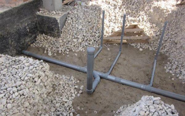 Засыпать внутреннюю часть фундамента можно только после того, как будут выставлены трубы