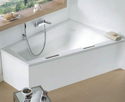 Асимметричная ванна торговой марки Riho.
