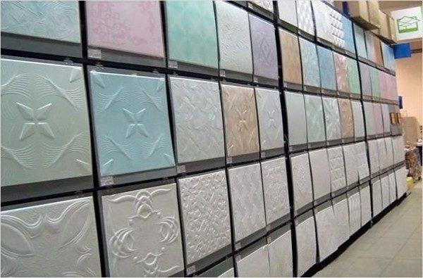 Ассортимент пластиковой плитки в магазине стройматериалов