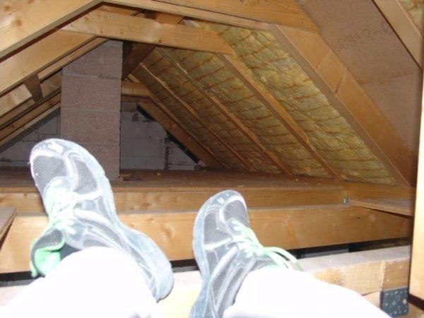 Базальтовая вата отлично предотвратит теплопотери на чердаке.
