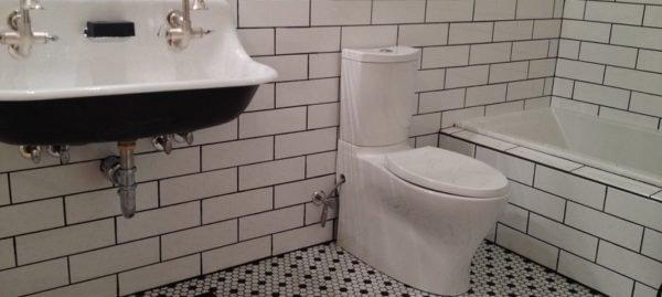 Белая матовая плитка под кирпич в ванной