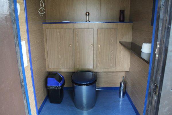 Биотуалет в отдельной комнате дачного дома