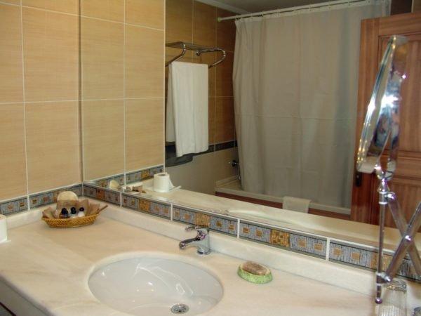 Большое зеркало украсит помещение и сделает его просторней