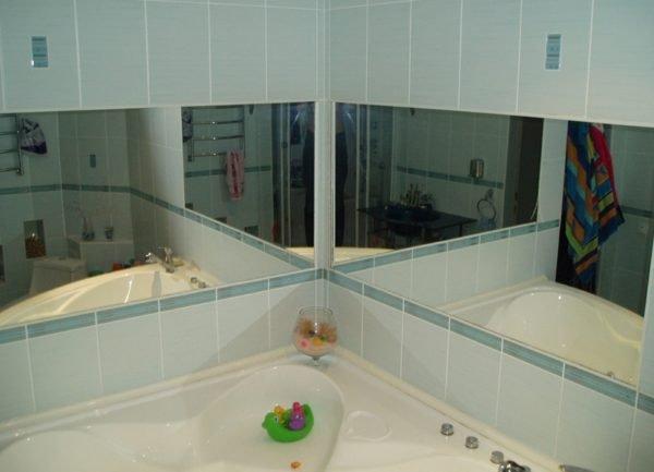 Большое зеркало в ванной? Поставьте два, и помещение станет намного просторнее
