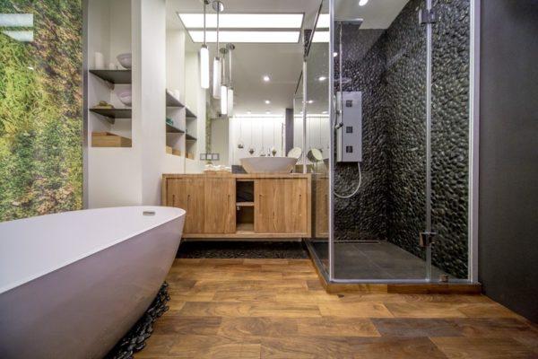 Черная галька - плитка для ванной в отделке пола и стен душевой кабины