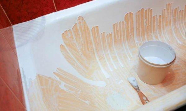 Чугунную ванну можно отреставрировать жидким акрилом.