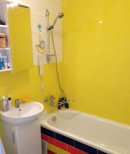 Даже маленький санузел в жёлтом цвете будет выглядеть просторнее