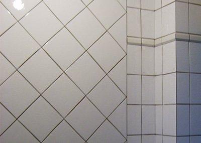 Диагонально уложенная плитка – довольно оригинальный способ облицовки.
