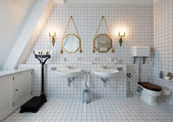 Дизайн ванной с белой плиткой