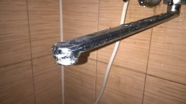 Длинный поворотный гусак может работать на ванну и умывальник.