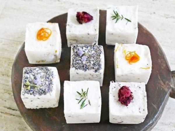 Для формования соли можно использовать контейнеры для льда или силиконовые формы для выпечки