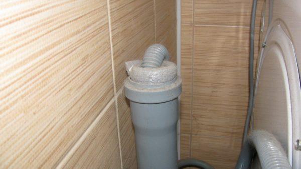 Для герметизации соединения я использовал вспененный полиэтилен, оставшийся от утепления труб в подвале.