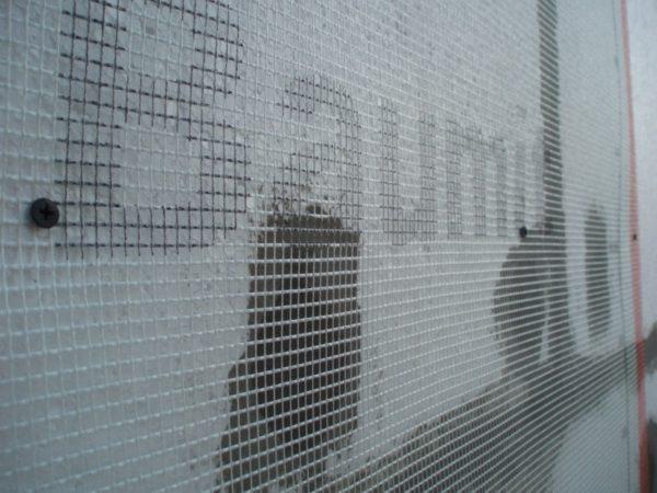 Для укрепления штукатурного слоя на пенопласт устанавливается сетка из стекловолокна.