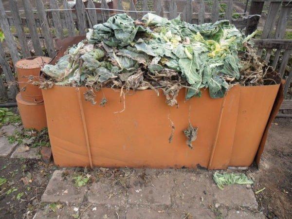 Для утилизации используется компостная яма или ящик с перегноем, как на этом фото. На выходе мы получим неплохое органическое удобрение