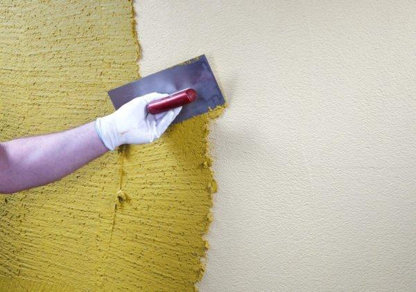 До начала декоративной отделки стены в ванной следует покрыть санирующей штукатуркой.