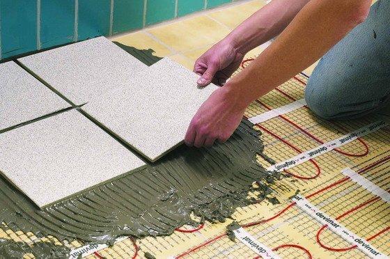 Эксплуатация плитки в ванной имеет свои особенности, которые нужно учитывать при выборе клея.