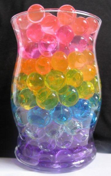 Емкость с разноцветными гелевыми шариками