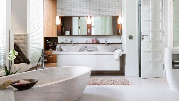 Еще один способ сэкономить площадь небольшой ванной – зеркальные дверцы шкафов