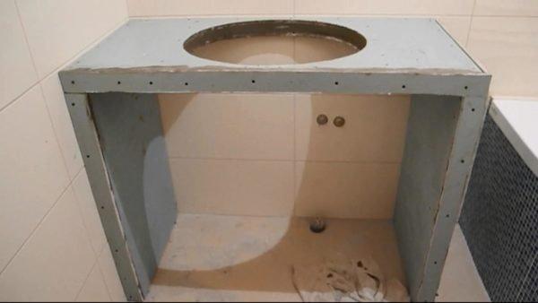 Если у вас на столешнице будет располагаться раковина, то заранее сделайте отверстие под нее