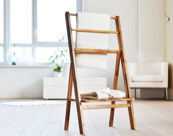 Эта деревянная модель имеет и перекладины, и полки для полотенец и других вещей