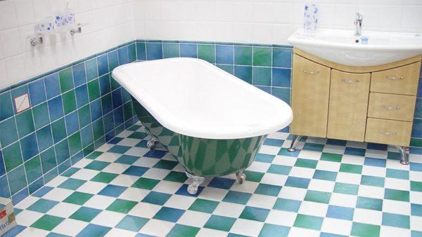 Эта ванна не нуждается в декорировании по периметру