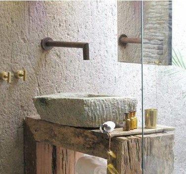Фасадная штукатура очень привлекательно смотрится в ванной комнате.