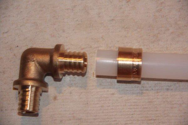 Фитинг для трубы из сшитого полиэтилена PEX.