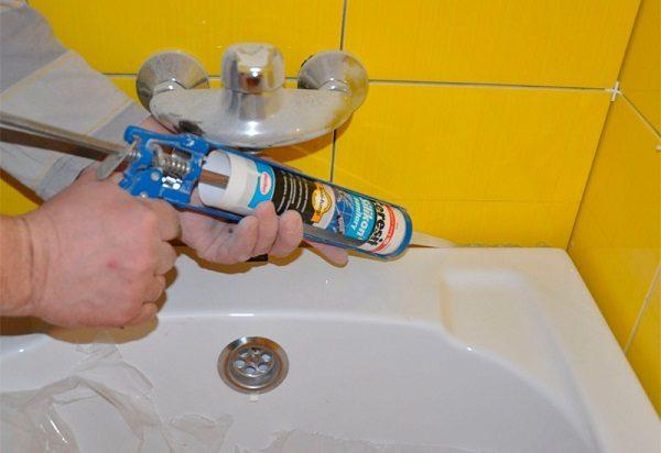 Герметизация стыка ванны и стены герметиком