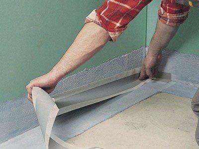 Гидроизоляция стыков с помощью ленты.