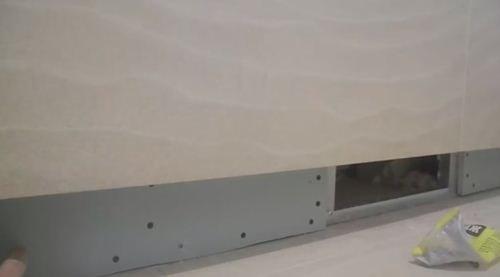 Гипсокартон закреплён по бокам от проема для люка