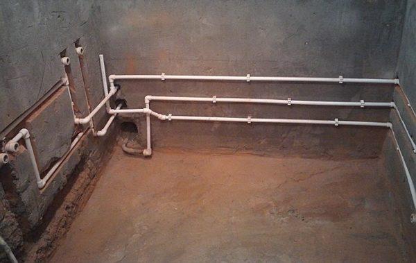 Готовый водопровод из полипропиленовых труб в ванной комнате.