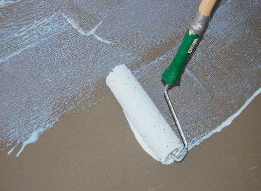 Грунтование бетонного основания.