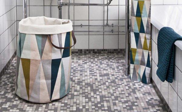 Хорошая идея – использовать тканевые корзины для белья под цвет шторам для ванны