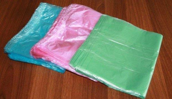 Из таких «маечек» можно связать и другие аксессуары для ванной – это органайзер для моющих средств, сетка для детских игрушек, корзинка для полотенец