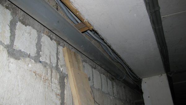 Канализационная лежневка в моем доме вынесена в подвал.