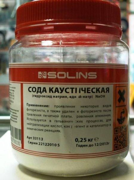 Каустическая сода, она же - едкий натр NaOH.