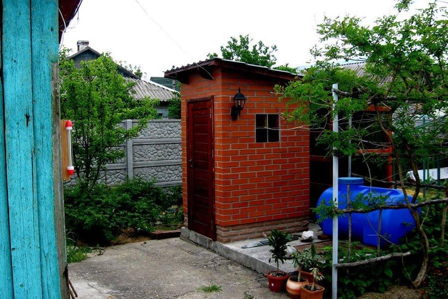 Туалет из кирпича фото