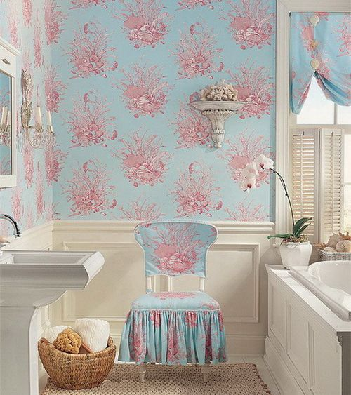Классические моющиеся обои в ванной комнате.