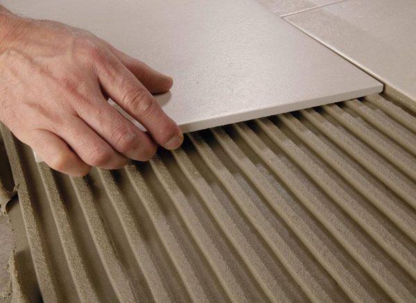 Клей для укладки плитки в ванной следует подбирать с особой тщательностью.