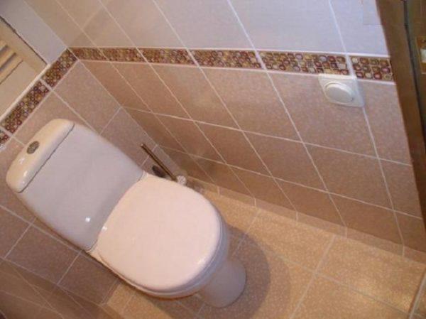 Косая боковая стена в туалете.