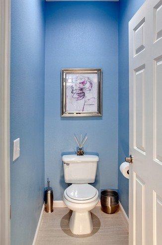 Крашеные стены в туалетной комнате.