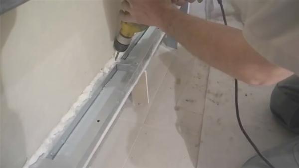 Крепление полосы из гипсокартона к горизонтальным перекладинам посредством деталей с проушинами