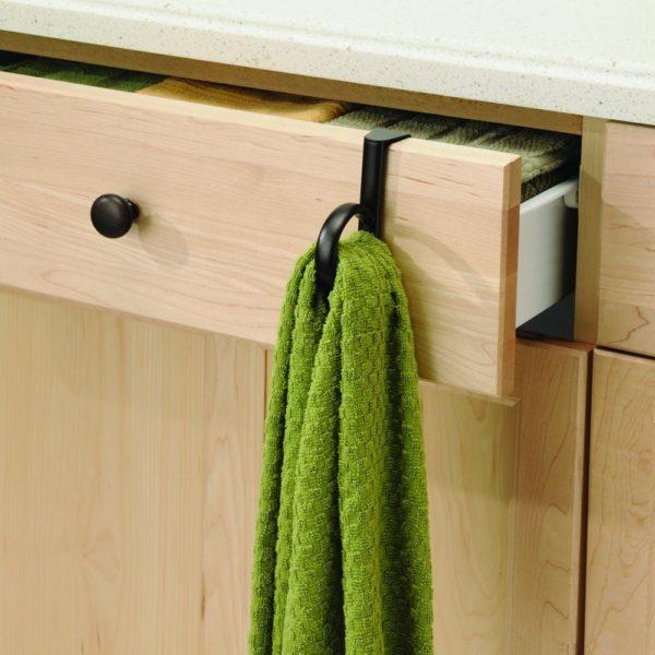 Крючки можно также установить на дверцы ящиков или выдвижные полки