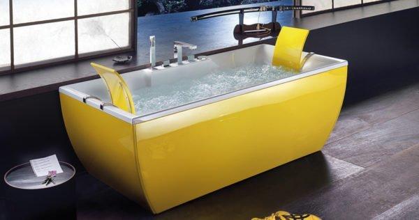 Лимонная ванна на фоне коричневого пола в антураже древней Японии