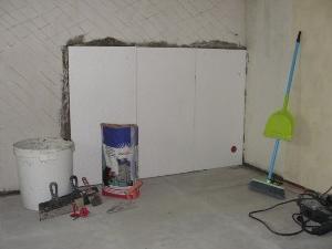 Листы пенопласта наклеиваются на стены.