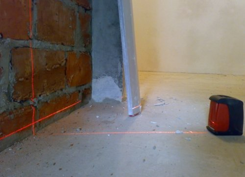 Луч лазера на стене и терке поможет сориентироваться при работе.