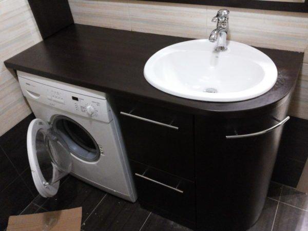МДФ может использоваться и в ванной, если он защищен защитным декоративным покрытием